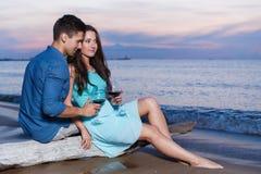 Pares bonitos na praia Imagem de Stock