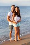 Pares bonitos na praia Fotografia de Stock Royalty Free