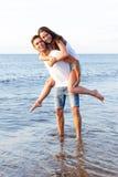 Pares bonitos na praia Fotografia de Stock
