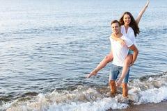 Pares bonitos na praia Fotos de Stock Royalty Free