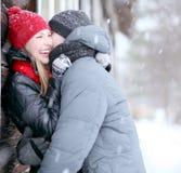 Pares bonitos na vila do inverno Imagem de Stock