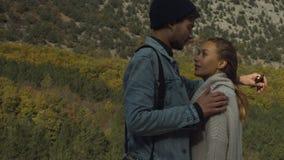 Pares bonitos no amor em uma caminhada na floresta do outono video estoque