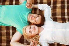Pares bonitos no amor que encontra-se no outono da manta imagens de stock royalty free