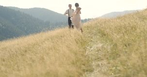 Pares bonitos novos no montanhas Carpathian Datar romântico ou lovestory no dia ensolarado atmosf?rico 4K video estoque