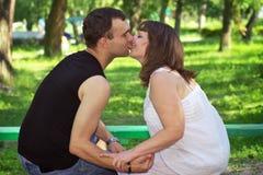 Pares bonitos novos Riso e beijo foto de stock royalty free