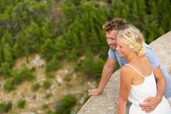 Pares bonitos novos românticos que olham a vista imagem de stock royalty free