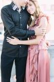 Pares bonitos que abraçam em Veneza, Itália - amantes em uma data romântica e tendo o divertimento em Veneza imagens de stock