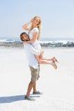 Pares bonitos que abraçam na praia Foto de Stock
