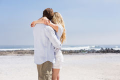 Pares bonitos que abraçam na praia Imagem de Stock
