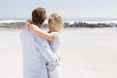 Pares bonitos que abraçam na praia Imagem de Stock Royalty Free