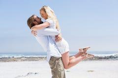 Pares bonitos que abraçam na praia Fotos de Stock Royalty Free