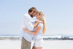 Pares bonitos que abraçam na praia Fotografia de Stock