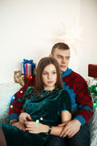 Pares bonitos que comemoram a Noite de Natal com presentes atuais Fotografia de Stock