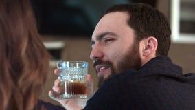 Pares bonitos que falam e que têm uma bebida em uma barra filme