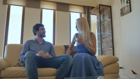Pares bonitos que falam na sala de visitas vídeos de arquivo