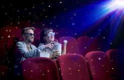 Pares bonitos que olham o filme 3D Fotografia de Stock