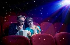 Pares bonitos que olham o filme 3D Fotografia de Stock Royalty Free