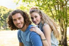 Pares bonitos que sorriem na câmera Imagens de Stock Royalty Free