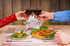Pares bonitos que têm o jantar romântico Fotografia de Stock