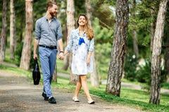 Pares bonitos que tomam uma caminhada no parque da cidade fotografia de stock royalty free