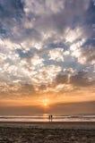 Pares bonitos que vão ao oceano no por do sol Fotografia de Stock Royalty Free