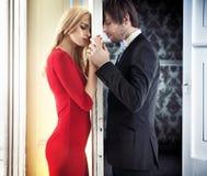 Pares calmos novos no humor romântico fotos de stock royalty free