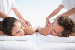 Pares calmos que apreciam a piscina da massagem dos pares fotos de stock royalty free
