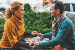Pares cariñosos alegres que se relajan en cafetería Fotografía de archivo
