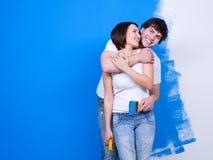 Pares cariñosos cerca de la pared pintada Imagen de archivo libre de regalías