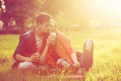 Pares cariñosos de adolescentes Comida campestre Fotos de archivo libres de regalías