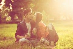 Pares cariñosos de adolescentes Comida campestre Imagenes de archivo
