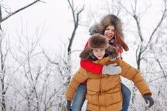 Pares cariñosos de adolescentes Invierno Fotografía de archivo