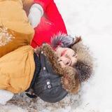 Pares cariñosos de adolescentes Invierno Imagenes de archivo