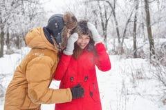 Pares cariñosos de adolescentes Invierno Fotos de archivo libres de regalías