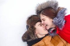 Pares cariñosos de adolescentes Invierno Imagen de archivo