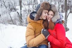 Pares cariñosos de adolescentes Invierno Foto de archivo libre de regalías