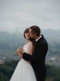 Pares cariñosos de la boda en el momento antes del kissingoutdoor Fotografía de archivo