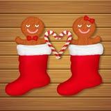 Pares cariñosos de las galletas del pan de jengibre en calcetines rojos Fotografía de archivo libre de regalías