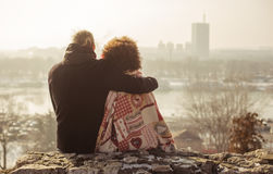 Pares cariñosos del abarcamiento romántico El caer en amor Imágenes de archivo libres de regalías