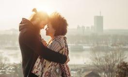 Pares cariñosos del abarcamiento romántico El caer en amor Foto de archivo libre de regalías