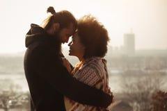 Pares cariñosos del abarcamiento romántico El caer en amor Imagen de archivo libre de regalías