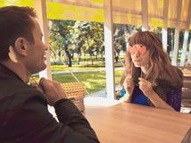 Pares cariñosos - dos amantes que se sientan en el restaurante en un parque Fotografía de archivo