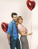 Pares cariñosos durante el día de tarjeta del día de San Valentín Fotos de archivo libres de regalías