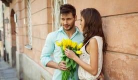 Pares cariñosos El donante del hombre florece a su novia foto de archivo libre de regalías