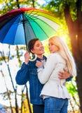 Pares cariñosos el fecha debajo del paraguas Sun después de la lluvia fotos de archivo libres de regalías
