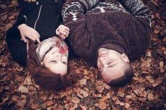 Pares cariñosos en amor Foto de archivo