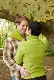 Pares cariñosos en bosque Imagen de archivo libre de regalías