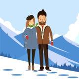 Pares cariñosos en el invierno en el fondo de montañas nevosas Fotos de archivo libres de regalías