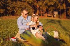 Pares cariñosos en el parque al aire libre Fotos de archivo