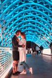 Pares cariñosos en el puente de la paz foto de archivo